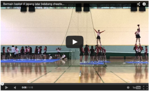 Bermain Basket dengan Latar Belakang Cheerleader