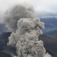 gunung aso meletus