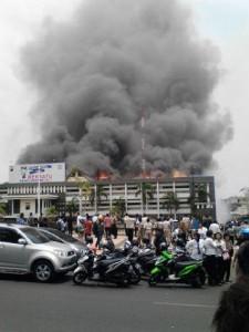 @pitono1109 18m18 minutes ago View translation Hindari jl Pahlawan Polda Jateng kebakaran.
