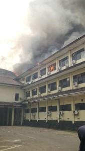 @KotaSMG 26m26 minutes ago View translation #Kebakaran Kantor Polda Jateng terbakar. Api melalap lantai dua dan semakin membesar. Damkar sdg otewe #PoldaKobong