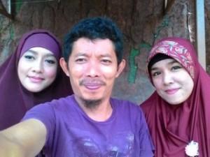 Aris Asidik dan kedua istrinya, Siti Ulwiyah (kiri)n dan Qiqi Aira (kanan)