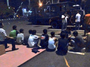 04:20 Polri amankan para supporter sepak bola yg berbuat anarkis di Jl. MT. Haryono.