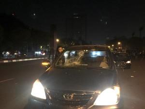 04:41 2 kendaraan alami kerusakan akibat aksi anarkis supporter sepak bola di Jl. Asia Afrika Jakpus.