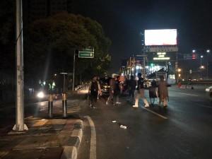 O2:21 Polri lakukan penanganan supporter sepak bola yg anarkis di sktr Menara Saidah Jl. MT. Haryono