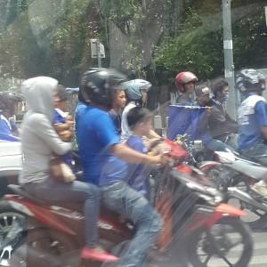 @RethaChryst 5m5 minutes ago @PRFMnews Coba lihat ini ga pake helm padahal sudah berkeluarga..