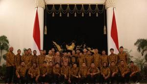 @JuPRiez 8h8 hours ago View translation Pemain @persib berpose bersama Presiden @jokowi di Istana Negara