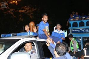 @infobdg 6h6 hours ago 23.12: Pemain Persib dan Bobotoh yg mengiringi sudah sampai di Stadion Persib, Jl. Ahmad Yani