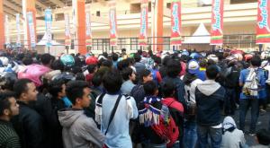 @vikingUPI 2h2 hours ago Bale Endah, West Java Sikon antrian Bobotoh para pencari tiket di SJH. #PersibDay