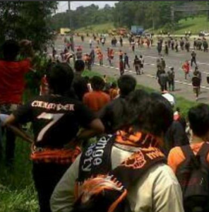 @JakCikampek 9h9 hours ago Masih ingat tragedi dan insiden di KM66 Tol Cikampek. #MenolakLupa #TolakPersibMainDiJakarta
