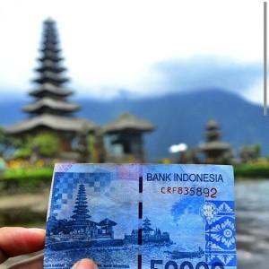 @BintangTiketID Tahukah Sahabat Bintang bahwa gambar uang lembaran Rp 50.000 itu adlh sebuah lokasi wisata di Bali (Pura Ulun Danu)