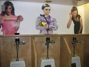 foto wanita di toilet