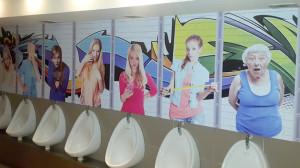 foto wanita memperlihatkan toilet