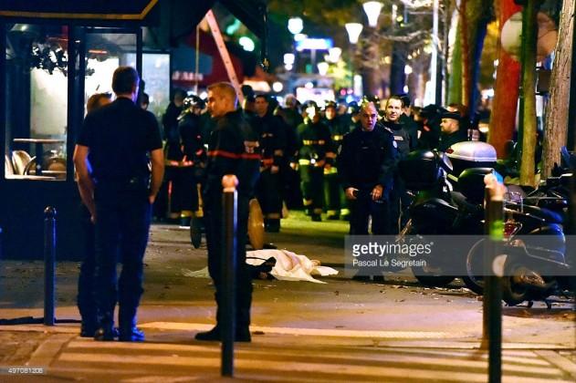 Prancis telah mengumumkan keadaan darurat nasional dan menutup perbatasannya sedikitnya 20 orang tewas dalam serangan bersenjata dan bom di Paris