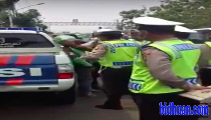 polisi pukul go jek