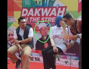 foto ustadz di backdrop panggung juga harus dicurigai kang. kenapa dia ikut ikutan noleh coba :)))