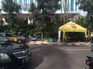 @restuherrada2 17/12/2015 15:16:50 WIB polisi didpn hotel crowne prkir di trotoar..Mgkn tdk ada tmpt parkir kali yaa
