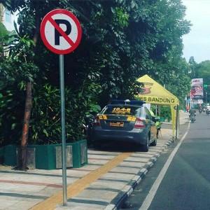 @ryan_vanza Uhuk rambunya dilarang parkir tuh, udah gitu parkir di trotoar. Hebat bener :)) @RTMC_PoldaJabar