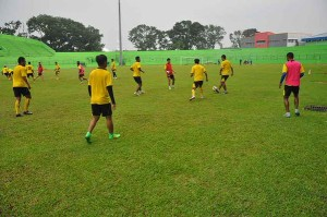 @AremafcOfficial 18m18 minutes ago View translation Latihan Arema Cronus di Stadion Gajayana sore tadi, persiapan menghadapi Mitra Kukar di leg 1 semifinal #JSC2015