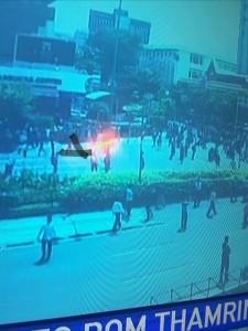 @asalim30 19/01/2016 16:13:40 WIB Lihatlah pada lampu, dua atau tiga teroris menyusun rencana