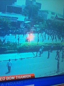 @asalim30 19/01/2016 16:16:15 WIB Sorotan lampu saat polisi jelaskan kpd wartawan ttg posisi 3 teroris