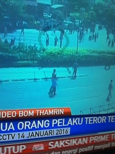 @asalim30 19/01/2016 16:19:27 WIB Kedua teroris mulai menyebrang....