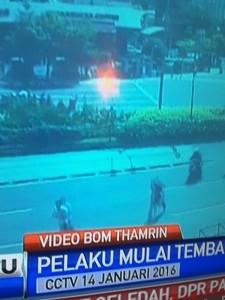 @asalim30 19/01/2016 16:22:33 WIB Terjadi tembak menembak....seorng warga asing tergeletak..