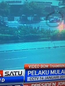 @asalim30 19/01/2016 16:23:57 WIB Mobil polisi tak menyangka baru saja seorang teroris menembak korban..