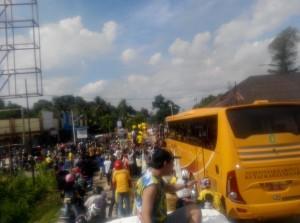 @MitraMania 6h6 hours ago East Borneo, Indonesia View translation Pemain pindah dari bis ke trailer untuk diarak keliling tenggarong #MitraKukarJuara