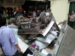 @TitoSoe Mobil box terjatuh di PD Cipulir