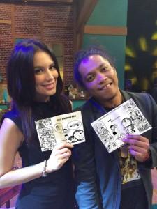 @imandita .foto aslinya @Arie_Kriting sama Latjuba itu pamer koleksi komik kok... aman!