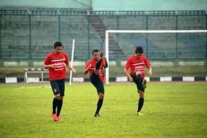 @BaliUtd 18h18 hours ago View translation Para pemain Bali United sedang melakukan uji coba lapangan di Stadion Siliwangi, Bandung.
