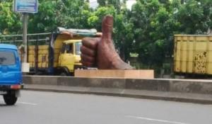 @FujitaNP 13/03/2016 13:37:24 WIB @josephsudiro mas ini di jalan Moh.Thamrin Kota Tangerang ada monumen/tugu/instalasi jempol yg gak paham artinya apa