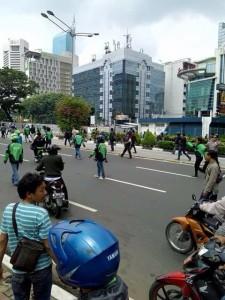 @SindotrijayaFM 22/03/2016 12:04:37 WIB LintasINFO - Sopir-sopir gojek mulai ikutan aksi mencari sopir taksi dan angkot yg menyerang temannya. Hati2 semua