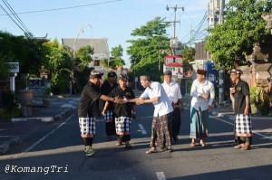 @lukmansaifuddin 2h2 hours ago View translation Bahagia dpt foto dari Komang Tri (staf Kemenag Bali), pecalang di saat Nyepi salami muslim yg ke masjid shalat #GMT