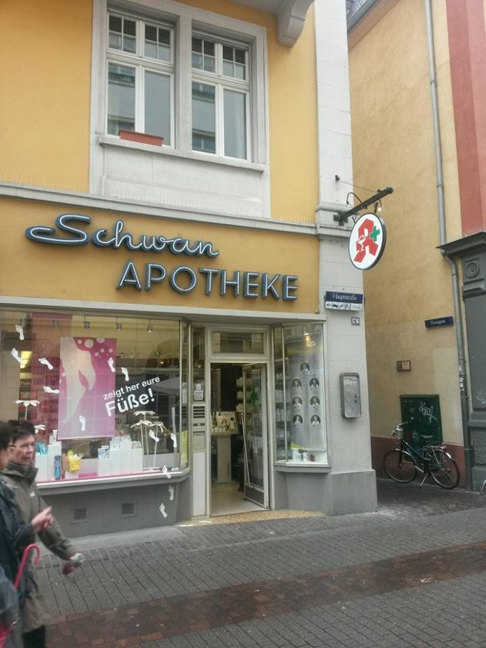 Apotek di Heidelberg, Germany. Ada 5 Apoteker yg berpraktek di sini.. semuanya bergelar DOKTOR. Masing2 menguasai paling tidak 3 bahasa: Germany, English dan France atau Spanish. Gaji antara € 50.000 - 60.000 pertahun (sekitar Rp. 750 - 900 juta/tahun) atau sekitar Rp. 60 - 75 juta/bulan