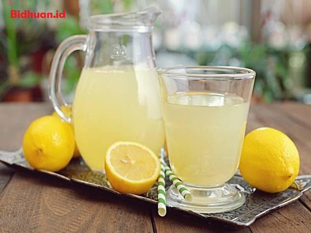Obat Sakit Perut dengan Jus Lemon Hangat